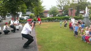 Tanzübungen mit den Kindergartenkindern